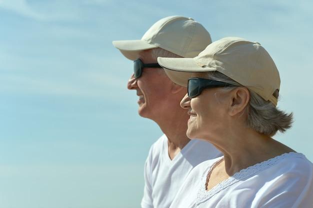 Divertente coppia di anziani che si riposa sulla spiaggia