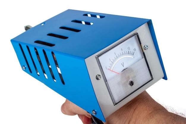 Tester batteria per auto analogico, forcella di carico di prova di potenza, isolato su sfondo bianco.