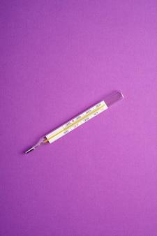 Termometro analogico su viola viola