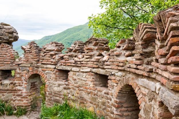 Complesso del castello di ananuri sul fiume aragvi nelle montagne del caucaso, georgia
