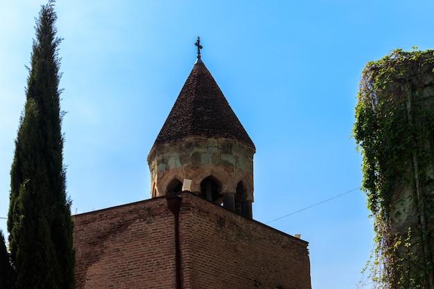 La basilica di santa maria di anchiskhati è la più antica chiesa sopravvissuta a tbilisi, in georgia Foto Premium