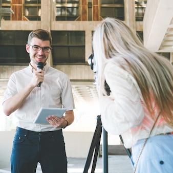 Anchorman e operatore durante le riprese della notizia. giornalismo mass media trasmissione televisiva concept