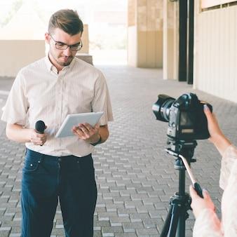 Anchorman si prepara a filmare la notizia. giornalismo mass media trasmissione televisiva concept