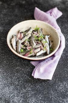 Acciughe pesce frutti di mare insalata marinata antipasto aringhe piccole