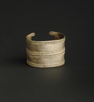 Bracciale antico antico su sfondo nero. gioielli vintage dell'asia centrale