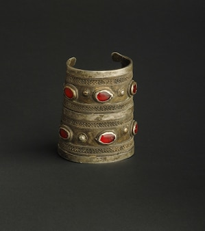 Antico bracciale antico con pietre su sfondo nero. gioielli vintage dell'asia centrale