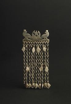 Antica spilla antica su sfondo nero. gioielli vintage dell'asia centrale