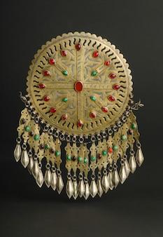 Antica spilla antica con pietre su sfondo nero. gioielli vintage dell'asia centrale