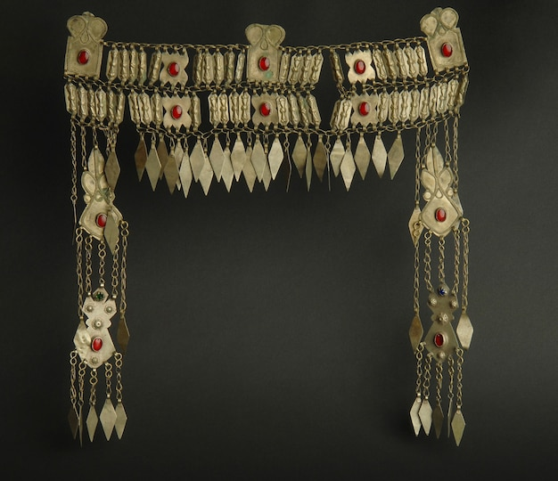 Antico antico ciondolo a testa con pietre su sfondo nero. gioielli vintage dell'asia centrale