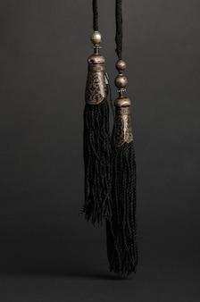 Antico ciondolo antico su sfondo nero. gioielli vintage dell'asia centrale