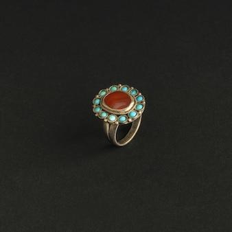 Antico anello antico con pietre su sfondo nero. gioielli vintage dell'asia centrale