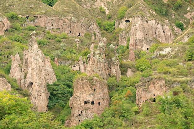 Antiche grotte artificiali nella formazione rocciosa dell'antico khndzoresk nella provincia di syunik in armenia