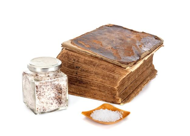 Antica bibbia davanti a sfondo bianco