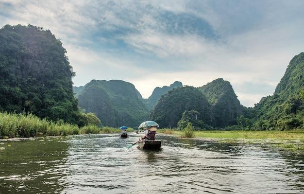 Antica nautica con vietnamiti utilizzando la pagaia a piedi