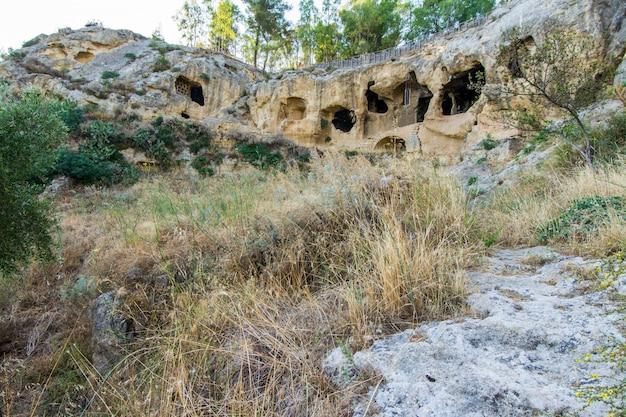 Antico villaggio bizantino canalotto - sito archeologico di calascibetta, sicilia, italia