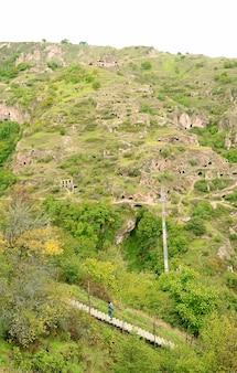 Antico insediamento di grotte di old khndzoresk, un villaggio nella provincia di syunik in armenia
