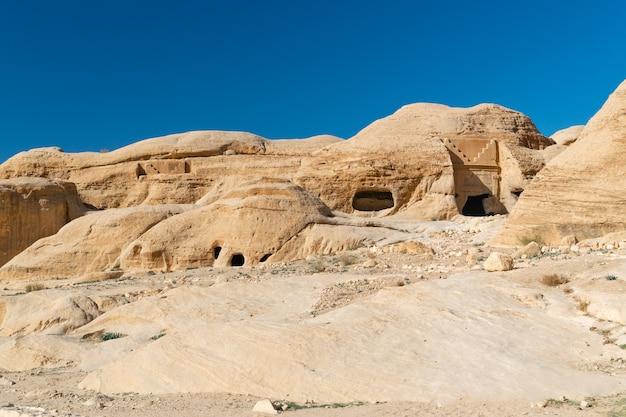Antiche grotte e tombe nel parco di petra