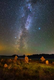 Antico cimitero sotto le stelle e la via lattea