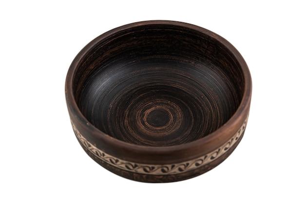 Piatto di argilla marrone ceramica antico isolato su bianco. fatto a mano