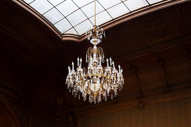 Antico lampadario nella sala della casa degli scienziati
