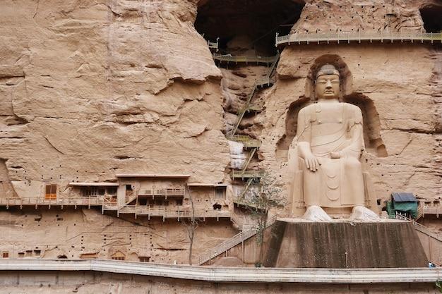 Antica statua del buddha cinese al tempio nella grotta di bingling a lanzhou gansu in cina