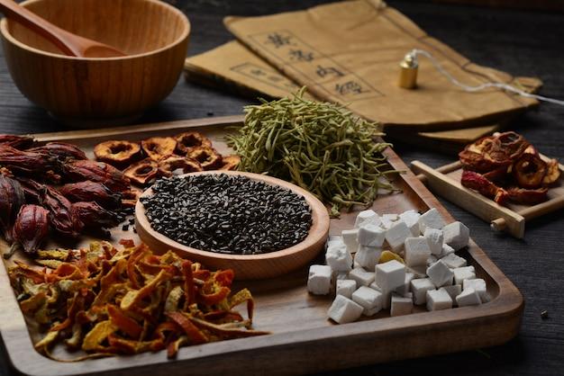 Antichi libri di medicina cinese ed erbe sul tavolo