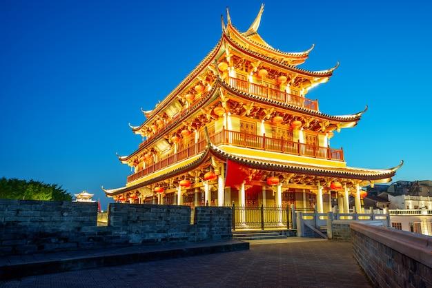 Città antiche e rovine di mura cittadine a chaozhou, nella provincia del guangdong, cina. la targa su e giù è il nome di questo edificio chiamato