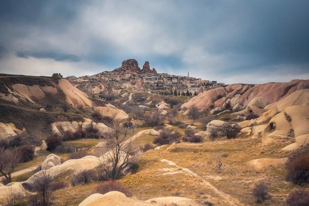 Antica città di uchisar con abitazioni in grotte, cappadocia turchia viev dalla valle dei piccioni