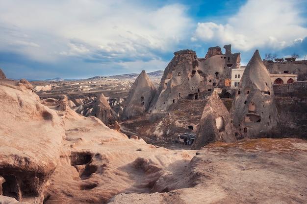 Antica città di uchisar con abitazioni in grotte, cappadocia turchia
