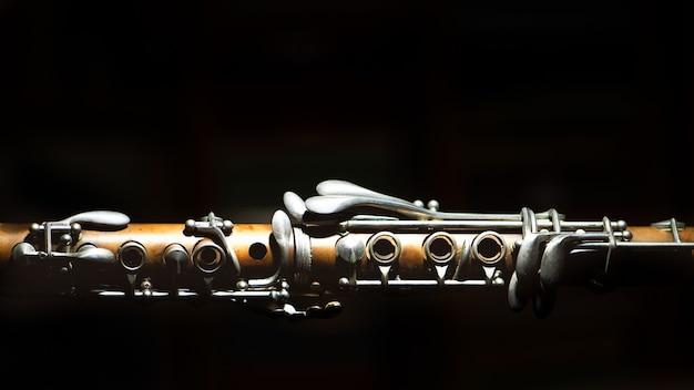 Antico clarinetto. dettaglio su uno sfondo nero