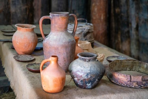 Antiche brocche di terracotta nel museo della storia