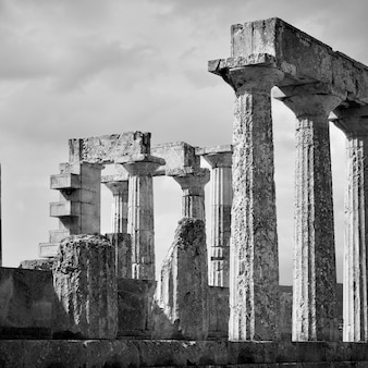 Antiche colonne del tempio di aphaea nell'isola di egina, grecia