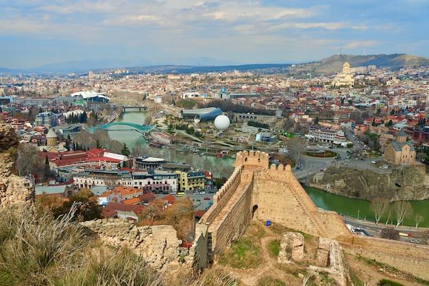 Antica fortezza narikala nella città vecchia di tbilisi.