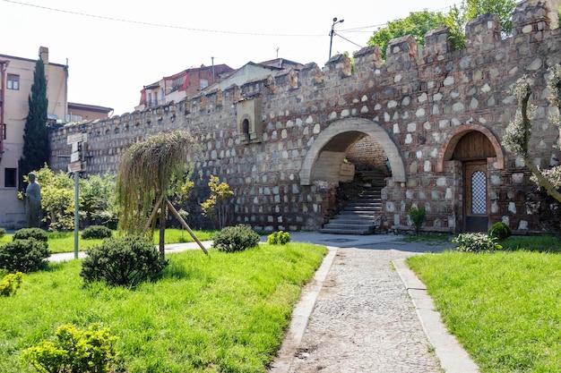 Antico muro della fortezza nella città vecchia di tbilisi, georgia Foto Premium
