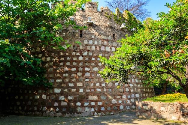 Antico muro della fortezza nella città vecchia di tbilisi, georgia