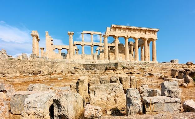 Antico tempio greco di aphaea nell'isola di egina, grecia