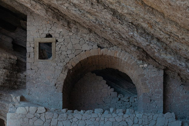 Antica grotta in montagna