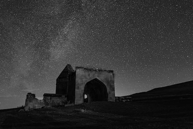 Antico complesso di mausolei storici del xvi secolo a notte stellata. distretto della città di shemakhy, azerbaigian
