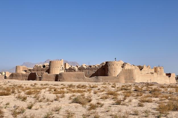 Antico monumento storico e attrazione turistica dell'iran, rovine del castello di argilla di saryazd nel deserto.
