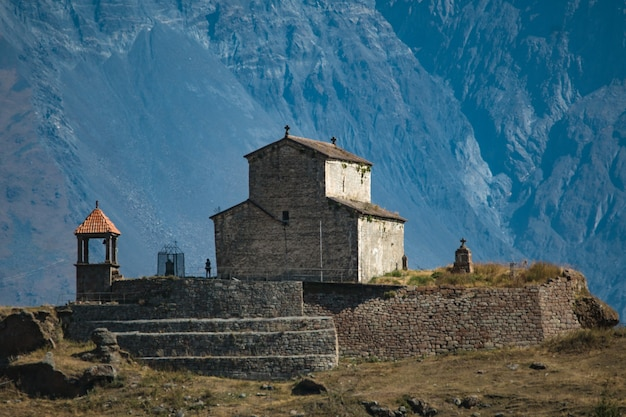 Antica torre storica chiesa sulla montagna sulla strada militare georgiana