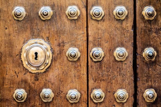 Antica porta italiana (stimata 200 anni) in toscana. keyhole utile per i concetti.