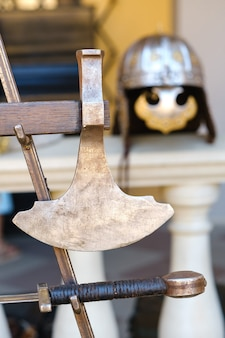 La spada di un antico cavaliere. concetto medievale.