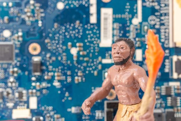 Un uomo antico in piedi davanti a una scheda madre del computer, concetto di tecnologia