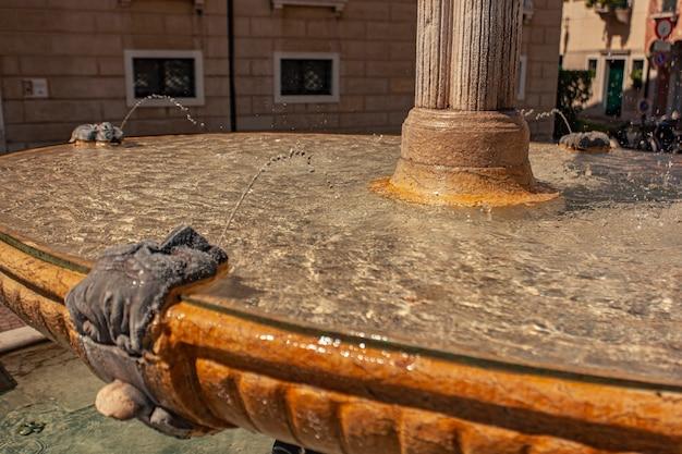 Antica fontana in marmo con acqua nel centro storico di treviso in italia