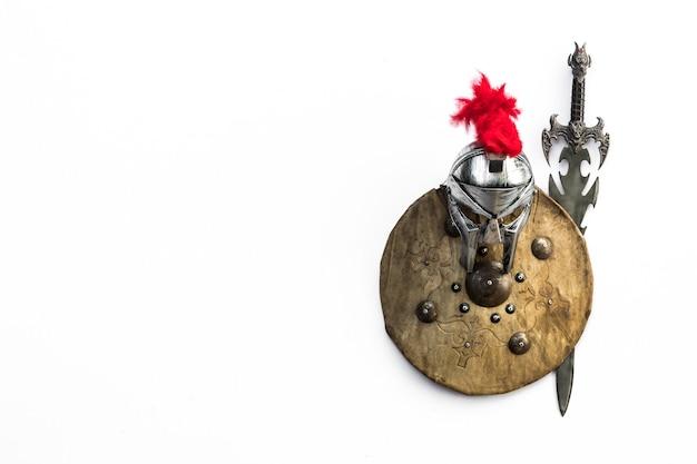 Antica arma militare medievale su sfondo biancoscudo e spada spartan
