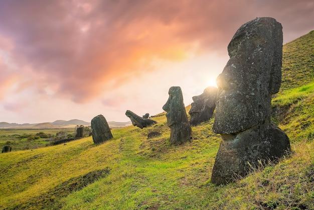 L'antico moai dell'isola di pasqua a 2.000 miglia al largo della costa del cile al tramonto