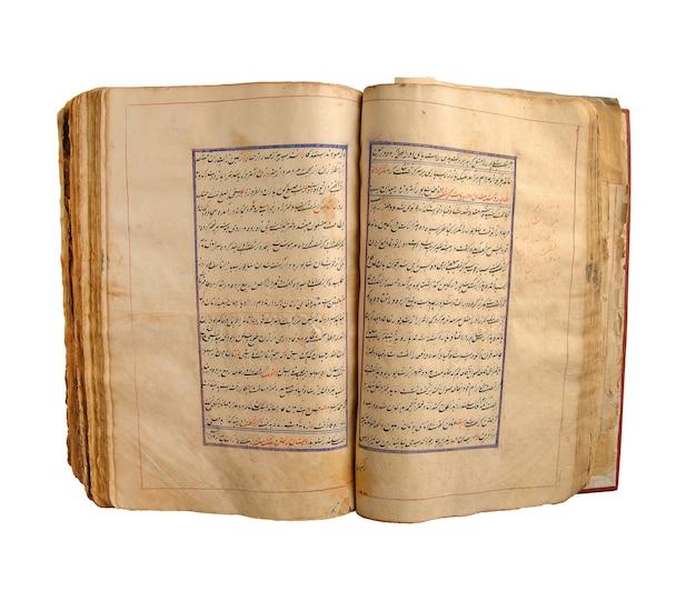 Libro arabo aperto antico su un fondo bianco. antichi manoscritti e testi arabi