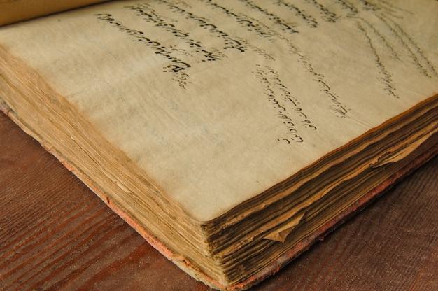 Antico libro aperto in arabo. antichi manoscritti e testi arabi