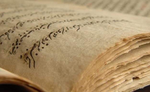 Antico libro aperto in arabo. antichi manoscritti arabi