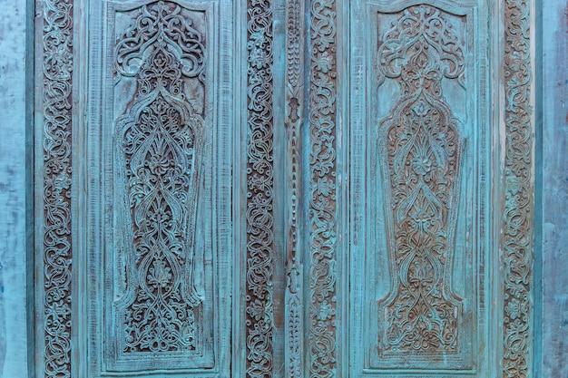 Ornamento antico. intaglio antico sulle porte in legno blu.